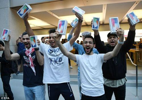 Lộ diện chủ nhân mua iPhone X đầu tiên có giá 41,5 triệu đồng - 3