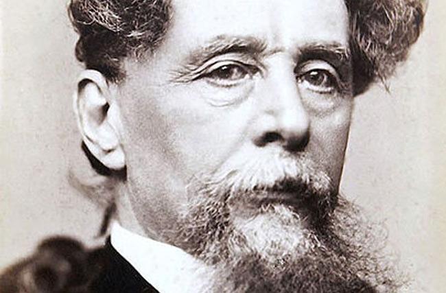1. Charles Dickens là 1 tiểu thuyết gia vĩ đại trong lịch sử. Tuy nhiên, ông cũng nổi tiếng là người sở hữu rất nhiều thói quen kỳ quặc. Nhiều nhân viên của Dickens đã kể lại rằng, ông là người không thể chịu đựng nổi mái tóc kém gọn gàng và bị ám ảnh vì điều đó. Ông luôn giữ 1 chiếc lược bên mình và chải đầu hàng trăm lần mỗi ngày. Ngoài ra, ông luôn đi đi lại lại trong lúc sáng tác và đọc cho người trợ lý của mình ghi chép lại, đồng thời liên tục thay đổi câu chữ, tình tiết câu chuyện.