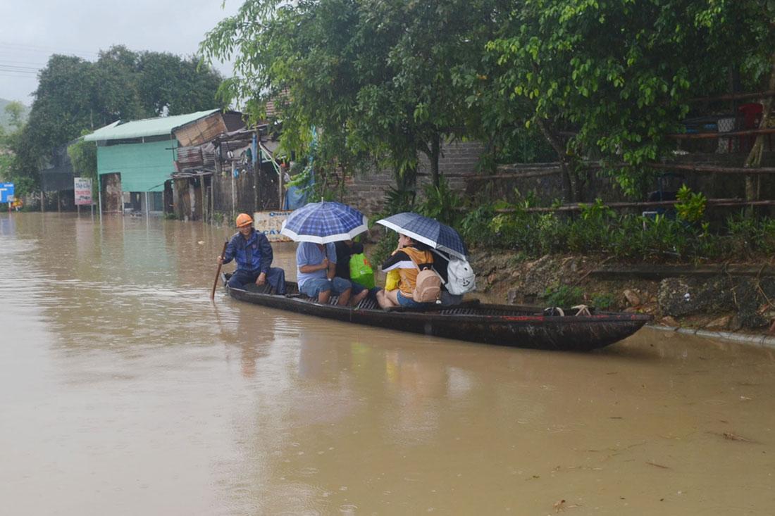 Bão giật cấp 15 chưa đổ bộ, Bình Định, Phú Yên đã có người chết và mất tích - 1