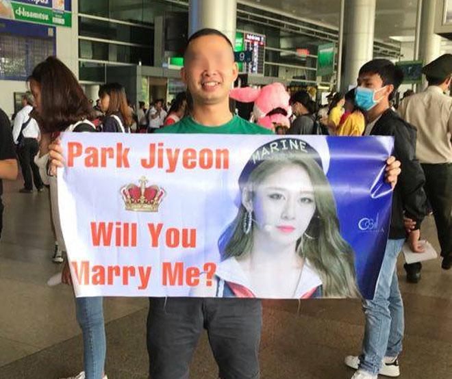Fan Việt hoá trang, giăng băng rôn cầu hôn T-ara tại sân bay - 3
