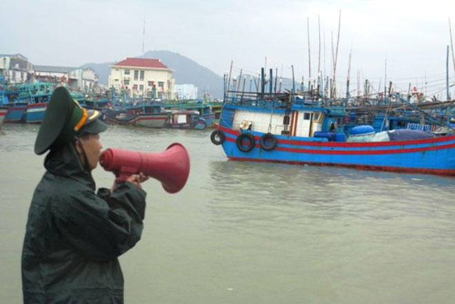 Đêm nay trên đất liền ven biển từ Bình Định đến Ninh Thuận gió giật cấp 15 - 2