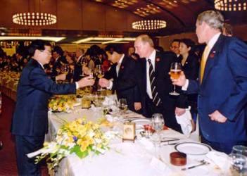 Việt Nam tổ chức tiệc chiêu đãi APEC rực rỡ và hoành tráng - 4
