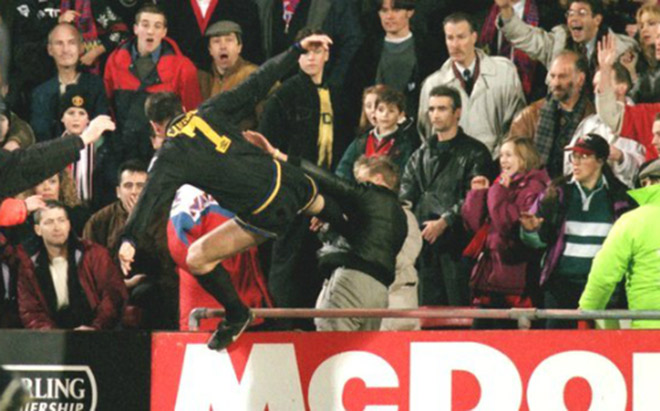 SAO MU tung cước đạp CĐV: Patrice Evra tái hiện Cantona - 3