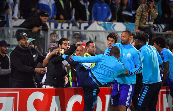 SAO MU tung cước đạp CĐV: Patrice Evra tái hiện Cantona - 1