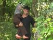 """""""Bố ơi mình đi đâu thế"""": Bị bắt làm việc khổ sai, bố con Kitty ôm gà luộc bỏ trốn"""