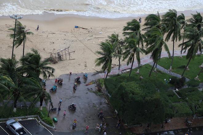Clip: Người Nha Trang nói gì về cơn bão số 12 vừa đổ bộ với sức gió khủng khiếp? - 2