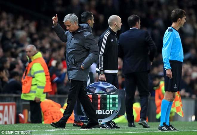 """MU đấu Chelsea: """"Kẻ phản bội"""" Mourinho quyết đá bay ghế Conte - 1"""