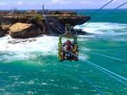 """Du lịch - """"Đột nhập"""" hòn đảo giữa biển bằng kiểu đi cáp treo lạ chưa từng thấy"""