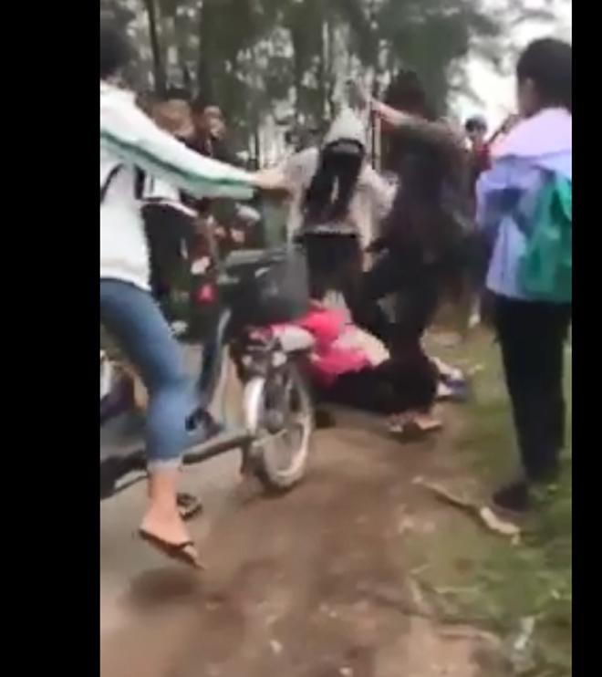 Nữ sinh đưa bạn vào rừng phi lao đánh dã man - 1