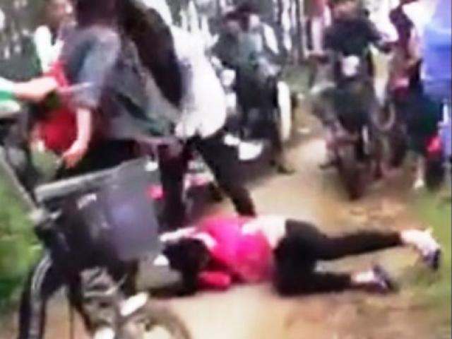 Nghệ An: Kinh hoàng cảnh 3 nữ sinh đánh bạn không thương tiếc