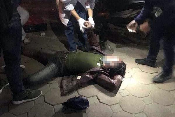Nam thanh niên bị nhóm người chém gục trên đường - 2