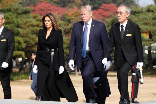 Thăm châu Á chục ngày, vợ đẹp của Tổng thống Trump chi bạc tỷ cho váy áo - 9