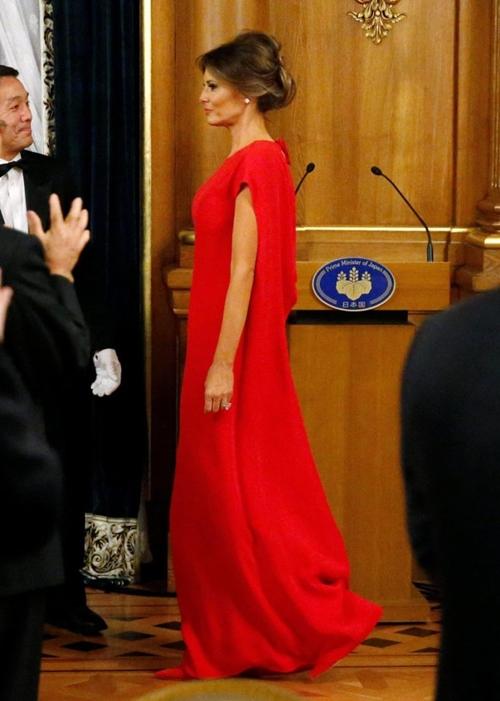 Thăm châu Á chục ngày, vợ đẹp của Tổng thống Trump chi bạc tỷ cho váy áo - 5