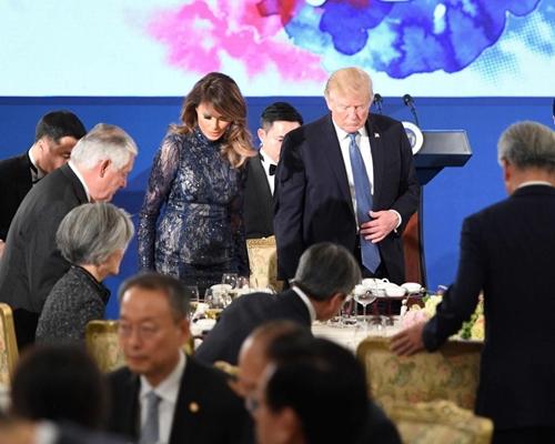 Thăm châu Á chục ngày, vợ đẹp của Tổng thống Trump chi bạc tỷ cho váy áo - 8
