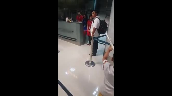 Vietjet Air lên tiếng về clip nữ nhân viên xé vé của hành khách