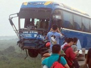 Tin tức trong ngày - HN: Kinh hoàng xe khách treo lơ lửng giữa cầu sau cú va chạm với xe tải
