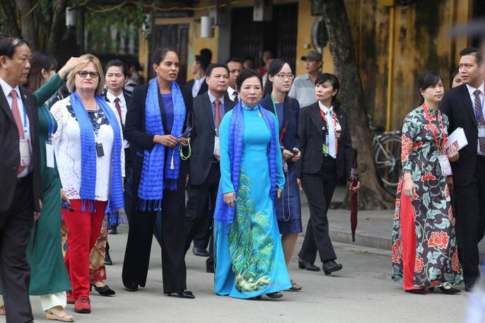 APEC 2017: Phu nhân các nhà lãnh đạo thích thú thăm Hội An - 1