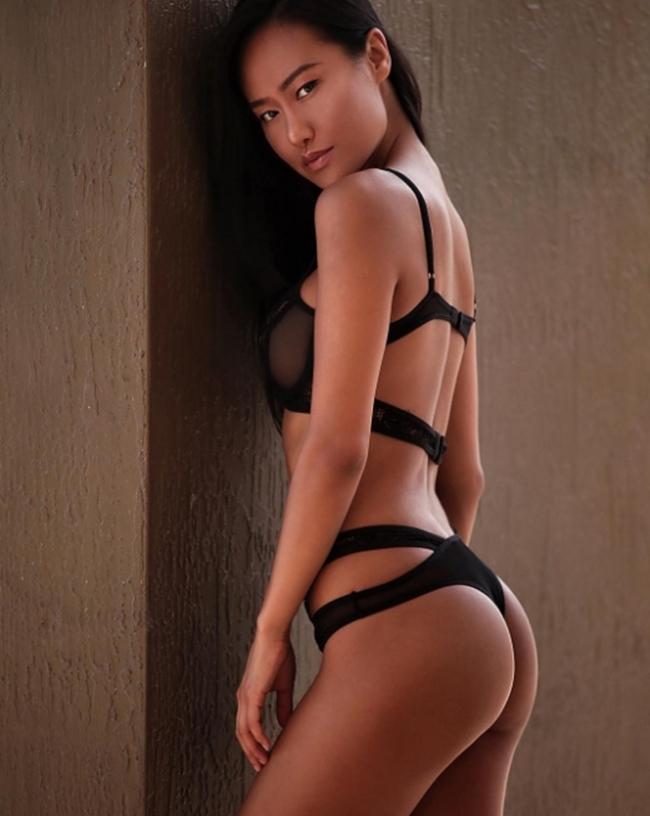 Anna Xiao sinh ra tại Trung Quốc và hoạt động chủ yếu ở thị trường Hong Kong trong thời gian mới vào nghề.