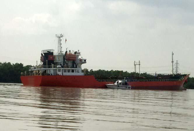 Tàu lai dắt phát nổ, 4 công nhân bỏng nặng - 1