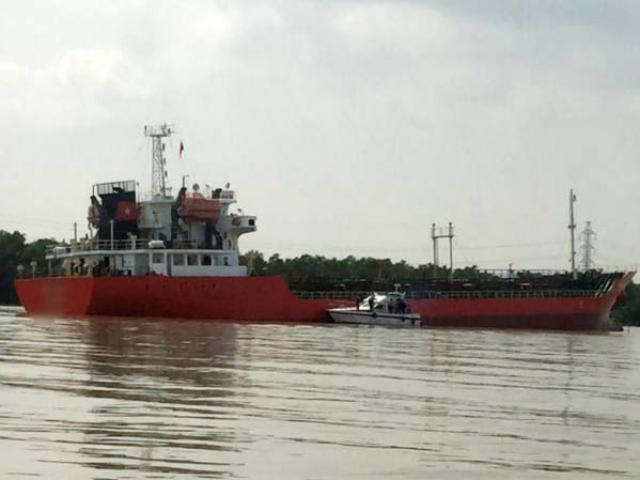 Tàu lai dắt phát nổ, 4 công nhân bỏng nặng