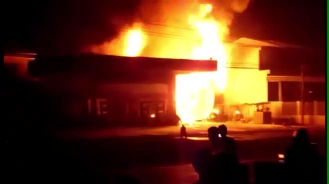Cây xăng cháy ngùn ngụt trong đêm, một người bị bỏng