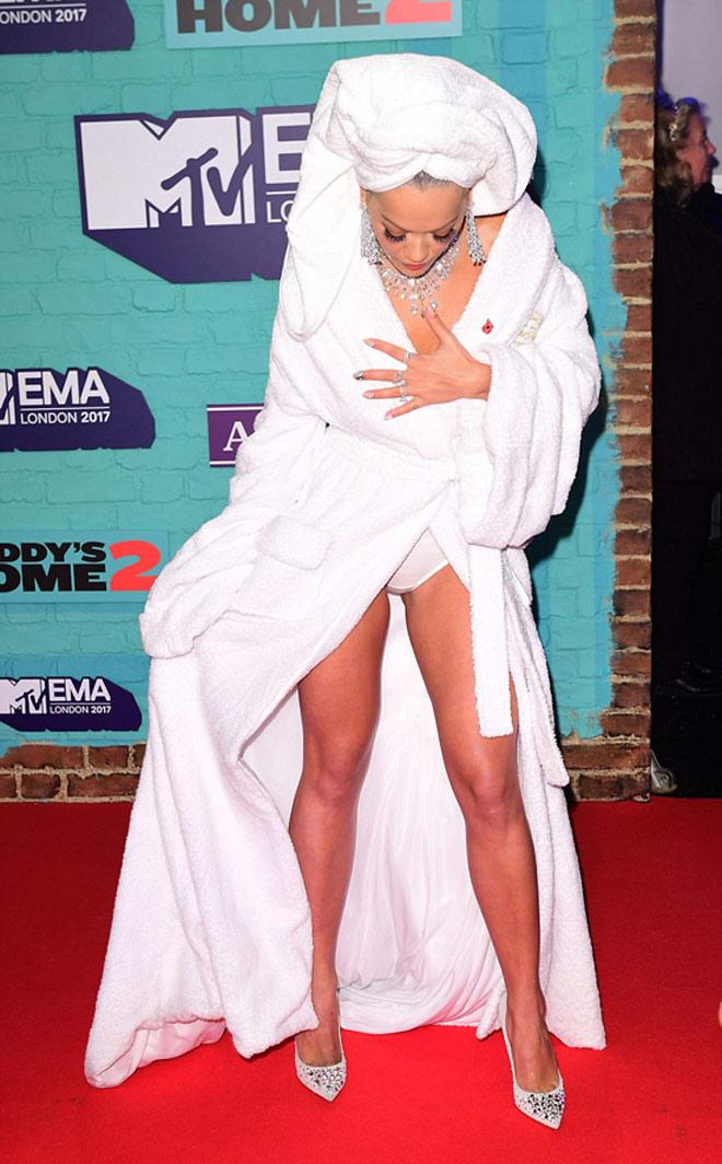 Người đẹp ngực trần, hở nội y vì quấn nguyên khăn tắm lên thảm đỏ - 3