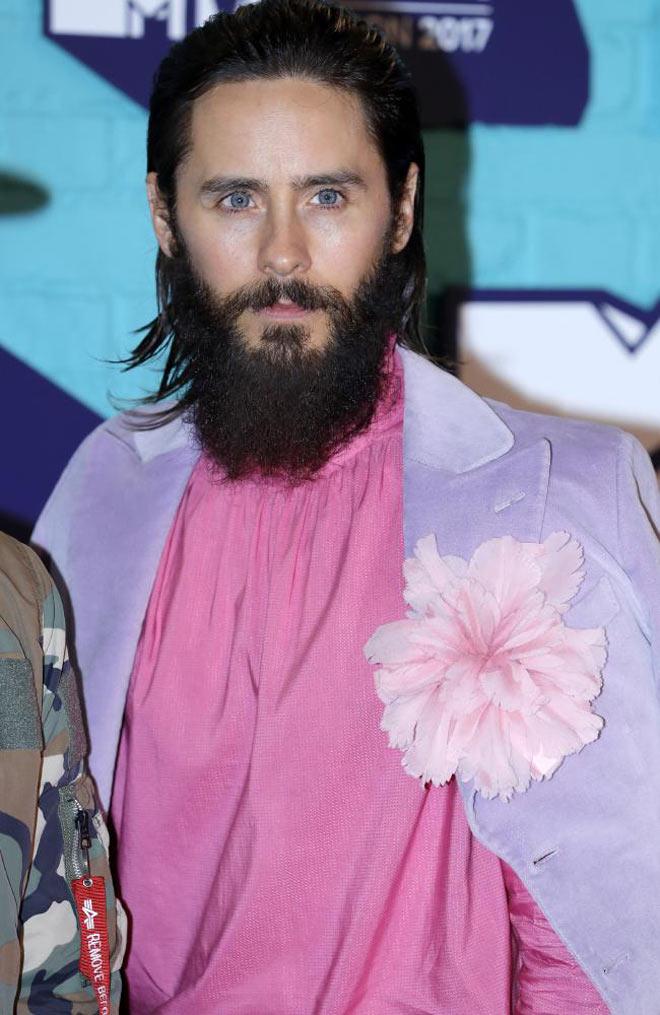 Người đẹp ngực trần, hở nội y vì quấn nguyên khăn tắm lên thảm đỏ - 13