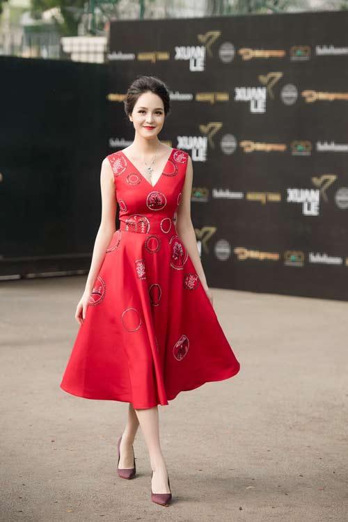 Hồng Quế đẹp mặn mà với váy trễ nải, Quỳnh Nga táo bạo diện đầm mỏng manh - 5