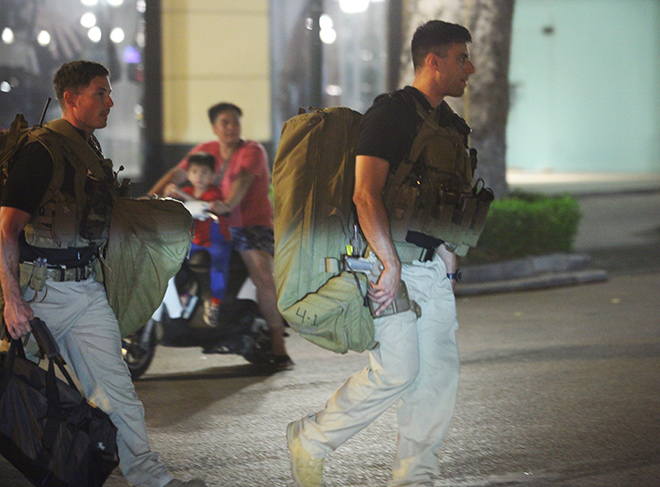 Chi tiết dàn mật vụ Mỹ đầy cơ bắp xách vũ khí bảo vệ ông Trump ở VN - 4
