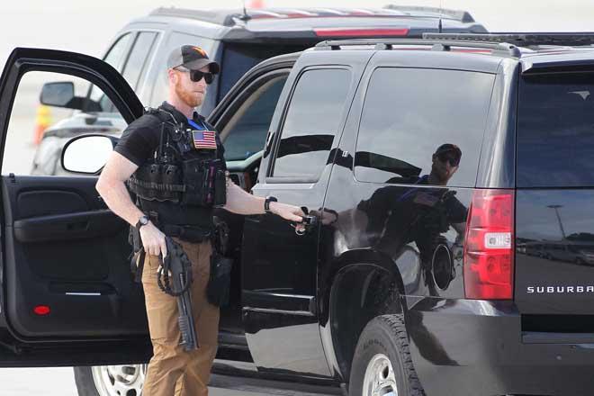Chi tiết dàn mật vụ Mỹ đầy cơ bắp xách vũ khí bảo vệ ông Trump ở VN - 1
