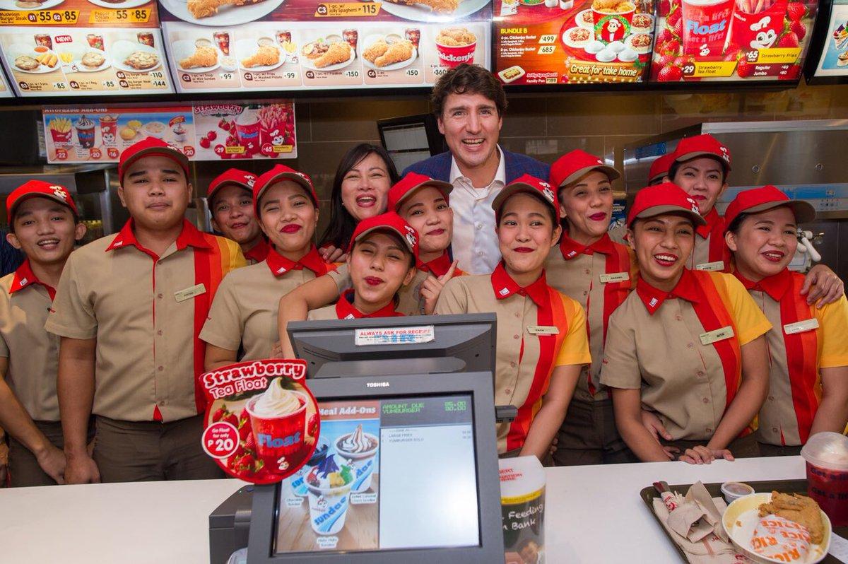 """Thủ tướng điển trai Canada gây """"bão"""" khi mua gà rán ở Manila - 1"""