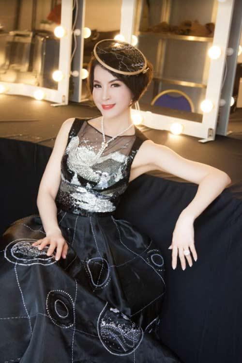 Thanh Mai U50 vẫn đẹp như tiên với váy trăm triệu đính ngàn viên pha lê - 3