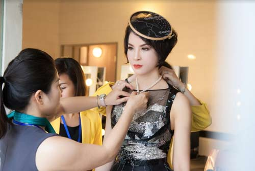 Thanh Mai U50 vẫn đẹp như tiên với váy trăm triệu đính ngàn viên pha lê - 2