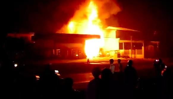 Cây xăng cháy ngùn ngụt trong đêm, một người bị bỏng - 1