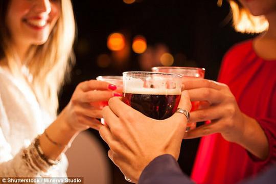 Cố uống rượu như đàn ông, não phụ nữ sẽ tê liệt - 1