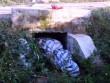 Người phụ nữ bị sát hại, quấn xác trong bạt, nhét dưới cống