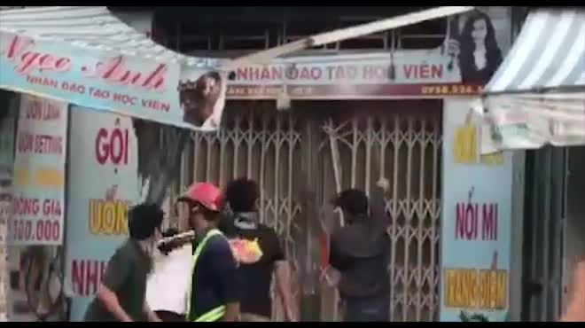Clip: Xe tải tông sập cửa, cứu căn nhà rực lửa ở SG