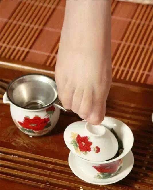Kỳ dị uống trà lọc bằng...tất thiếu nữ - 6