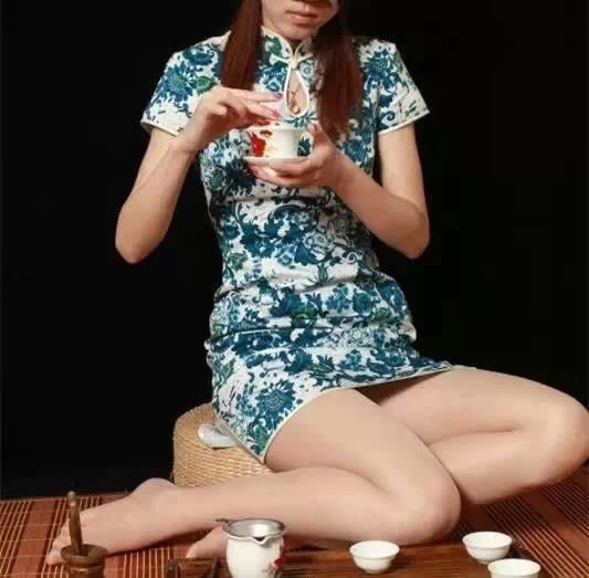 Kỳ dị uống trà lọc bằng...tất thiếu nữ - 3
