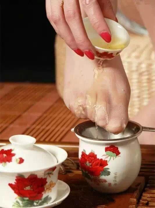Kỳ dị uống trà lọc bằng...tất thiếu nữ - 4