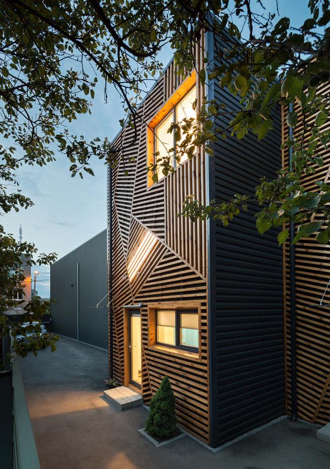 Nó là 1 trong 3 ngôi nhà liền kề có thiết kế tương tự nhau.