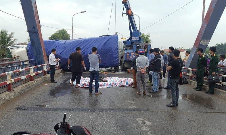 Xe tải lật đè vào 2 mẹ con đi xe SH, một người tử vong tại chỗ - 1