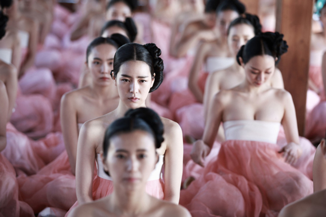 Phim Hàn cũng gây tranh cãi vì hanbok hở nửa ngực - 12