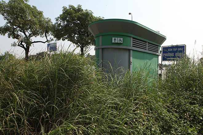 HN: Hàng loạt nhà vệ sinh trăm triệu bị bỏ hoang, cỏ dại mọc um tùm - 2