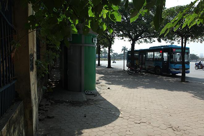 HN: Hàng loạt nhà vệ sinh trăm triệu bị bỏ hoang, cỏ dại mọc um tùm - 5