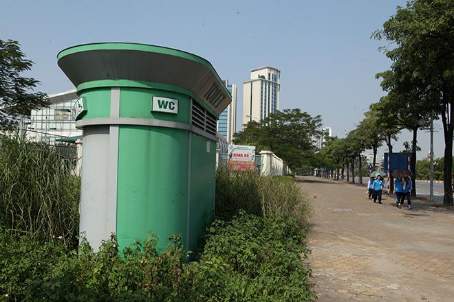 HN: Hàng loạt nhà vệ sinh trăm triệu bị bỏ hoang, cỏ dại mọc um tùm - 1