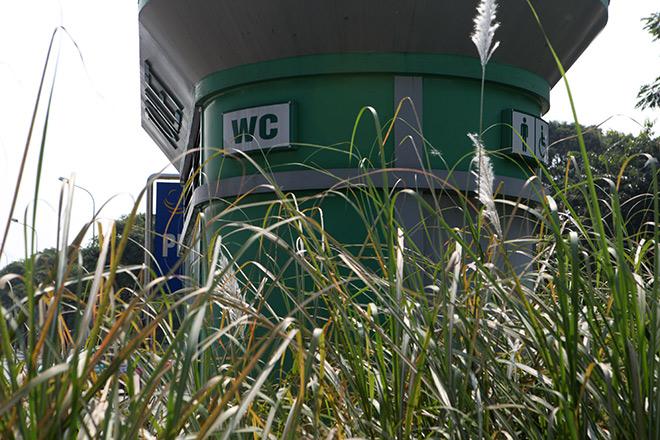 HN: Hàng loạt nhà vệ sinh trăm triệu bị bỏ hoang, cỏ dại mọc um tùm - 3