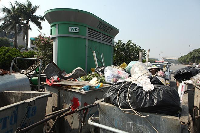 HN: Hàng loạt nhà vệ sinh trăm triệu bị bỏ hoang, cỏ dại mọc um tùm - 11