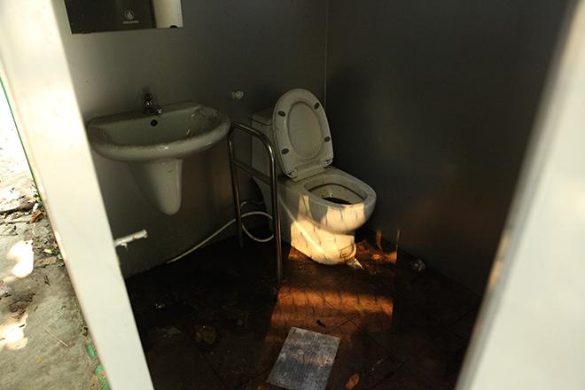 HN: Hàng loạt nhà vệ sinh trăm triệu bị bỏ hoang, cỏ dại mọc um tùm - 10