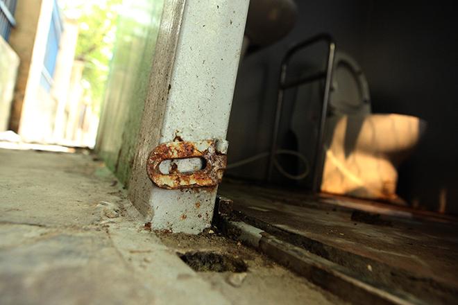 HN: Hàng loạt nhà vệ sinh trăm triệu bị bỏ hoang, cỏ dại mọc um tùm - 8